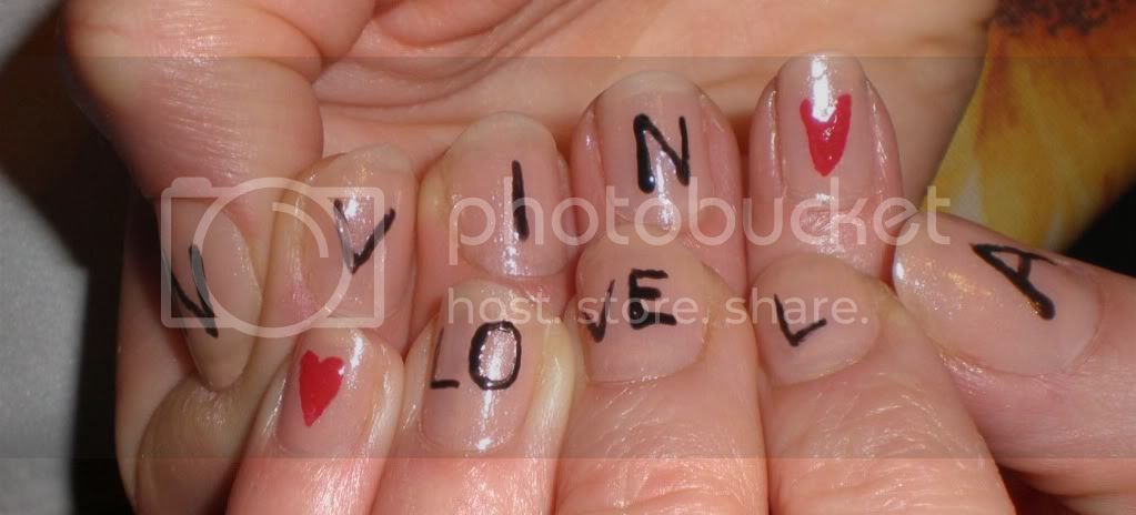http://i747.photobucket.com/albums/xx113/annanever1/manicure.jpg?t=1290681673