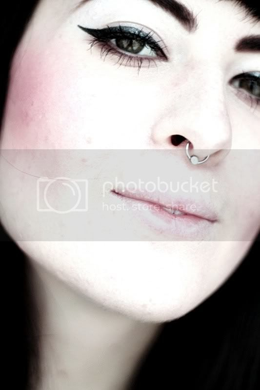 piercing septum nase nasenpiercing portrait grne augen eyeliner lippen gesicht lidstrich