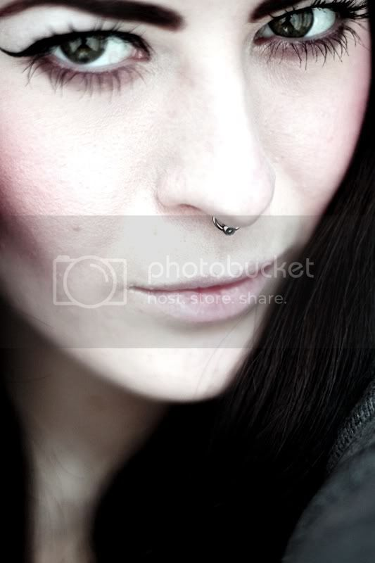 portrait piercing septum grne augen eyeliner lippen gesicht lidstrich