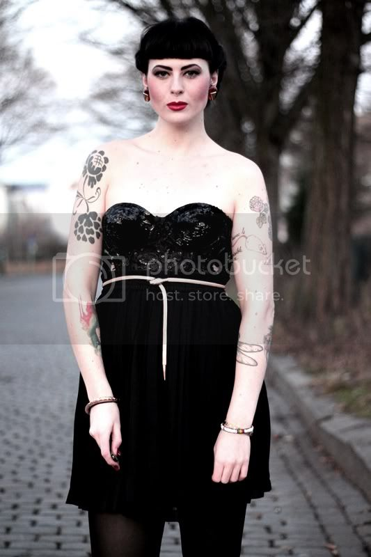 silvester outfit vintage pin up 50s 50er, tattoos, pailletten corsage, plisseerock, vintage frisur